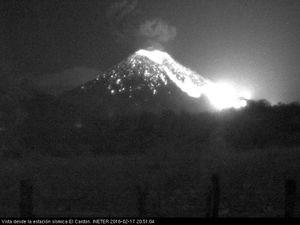 Momotombo - explosione à respectivement 3h44 et 20h51 locale le 17.02.2016 - webcam de la station sismiue El Cardon / Ineter