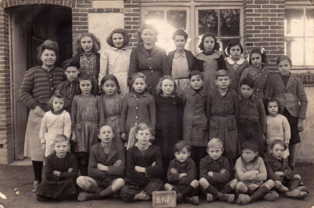 Photo de groupe d'élèves de l'école du Plantis dans l'Orne (61) L'institutrice s'appellait madame LAGRANDY