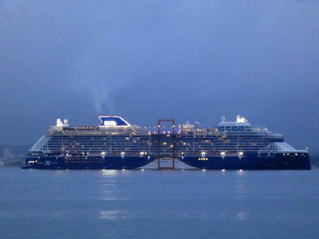 CELEBRITY EDGE , arrivant de nuit en petite rade de Toulon et se dirigeant vers la Seyne sur Mer le 30novembre 2019