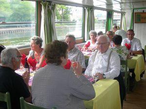 …à bord du Picardie, où l'on déjeune.