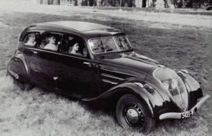 La 402 Peugeot et la Chrysler Airflow de Dinky Toys, miniatures produites  de 1939 à 1948 - en dessous, leurs homologues véritables... minisatures