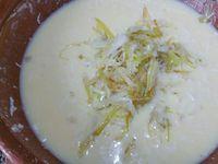 3 - Mettre votre four à préchauffer th 6 (180°). Dans un récipient battre les oeufs, rajouter le lait, puis l'emmental râpé, la farine tamisée dans une passoire. Bien mélanger pour obtenir un appareil homogène. Finir en incorporant le blanc de poireau cuit et le persil, mélanger et assaisonner avec sel et poivre.