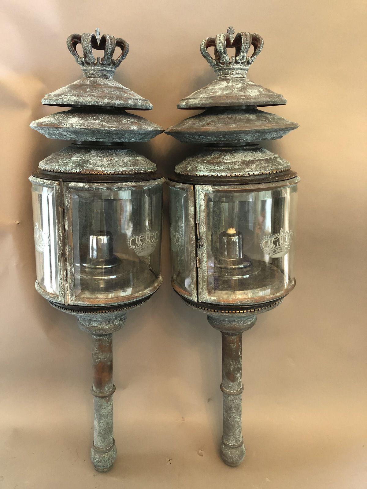 Paire de lanternes de gala  en métal anciennement doré, les verres lobés et biseautés, gravés d'une couronne à 5 branches. Hauteur 85cm