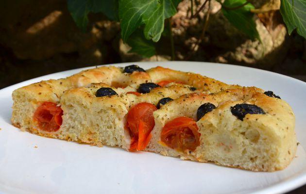 Focaccia pugliese aux tomates et olives