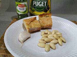 2 - Pour réaliser la picada. Eplucher et dégermer l'ail, le couper en 2. Faire revenir à la poêle avec un filet d'huile d'olive, le pain et l'ail et les amandes pour qu'ils soient bien dorés. Passer le tout au mixeur en rajoutant le persil haché, le sel, le poivre pour obtenir une chapelure moyenne.