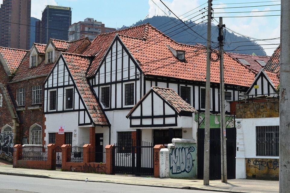 L'architecture de Bogotá inclut le développement et l'expression des styles architecturaux et urbains du monde dans la ville de Bogotá , capitale de la Colombie , ainsi que des techniques et des styles développés dans cette ville et adoptés sous d'autres latitudes.