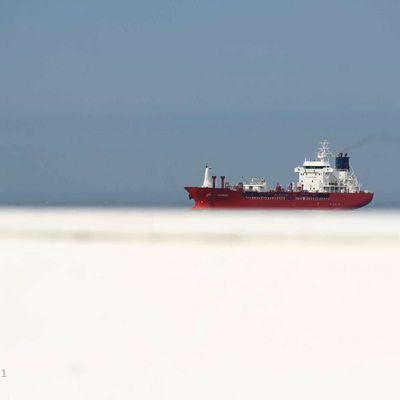 La photo du Dimanche 09 Mai 2021. D'une longueur de 112 mètres sur une largeur de 17 mètres, le cargo Karruca est posé sur le toitd'une cabine de plage à Mers les Bains.  Bonne journée à Tous.