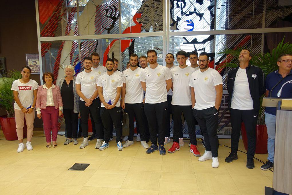 Amel Majri et l'équipe seniors de Vénissieux Handball ont reçu un trophée honneur - Photos : © Sports Vénissians