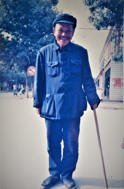 En cette fin de siècle, il y avait peu de voitures individuelles, plutôt des taxis ( rouges ) collectifs et encore de très nombreux vélos. Déjà beaucoup de touristes chinois visitaient la Cité Impériale à Pékin ( dia 3 ) et quelques rares touristes étrangers.. A quoi servent ces petits tonneaux ( 2 dernières dias ) ? Eh bien, il s'agit tout simplement du ramassage des pots de chambre. Dans la ville de Kaifeng, les toilettes n'étaient pas encore des w.c. d'où la tournée des pots de chambre, le matin.