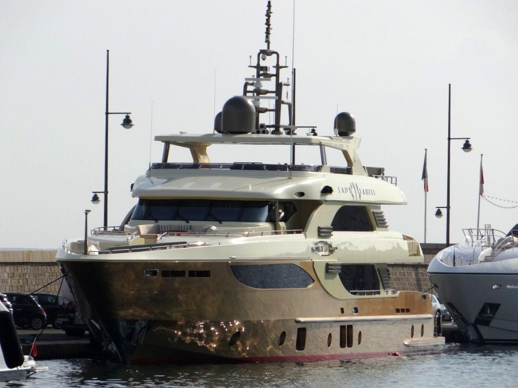 LADY TAHITI , a quai dans le port de Saint Tropez le 16 aout 2016