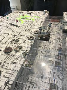 Pendant que dans la tranchée Luke Skywalker et les chasseurs A wings se débarrassent des tourelles, l'Empire fait le ménage à la surface.