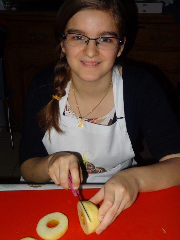 ÉTAPE N°3 Bis : Mathilde se débrouille finalement très bien aussi pour découper en lamelles ses pommes.Concentree tou au Long de sa mission ( elle savait que MaMaN était stressée mdr ) et pause photos tout de même .N'oublions pas que c'est pour le blog et Ooboon aussi .