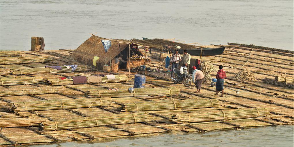 On peut descendre le fleuve Irrawaddy jusqu'à Bagan ( 8 premières dias ), dans la lumière vaporeuse du matin, puis dans les touffeurs de midi. Du débarcadère, il est facile de rejoindre à pied la ville touristique de Bagan. Par la suite, le site de 50 km2 révélera peu à peu la diversité des temples construits entre le IXème et XIIème siècle dans l'empire birman. Ce lieu est sans équivalent dans le monde, même s'il fait penser à Angkor ou aux châteaux de la Loire, de par son étendue. Par bonheur, les champs sont encore cultivés par les paysans du coin. Comme d'habitude, inutile de prendre un opérateur de tour, mieux vaut partir tôt le matin, un guide à la main.