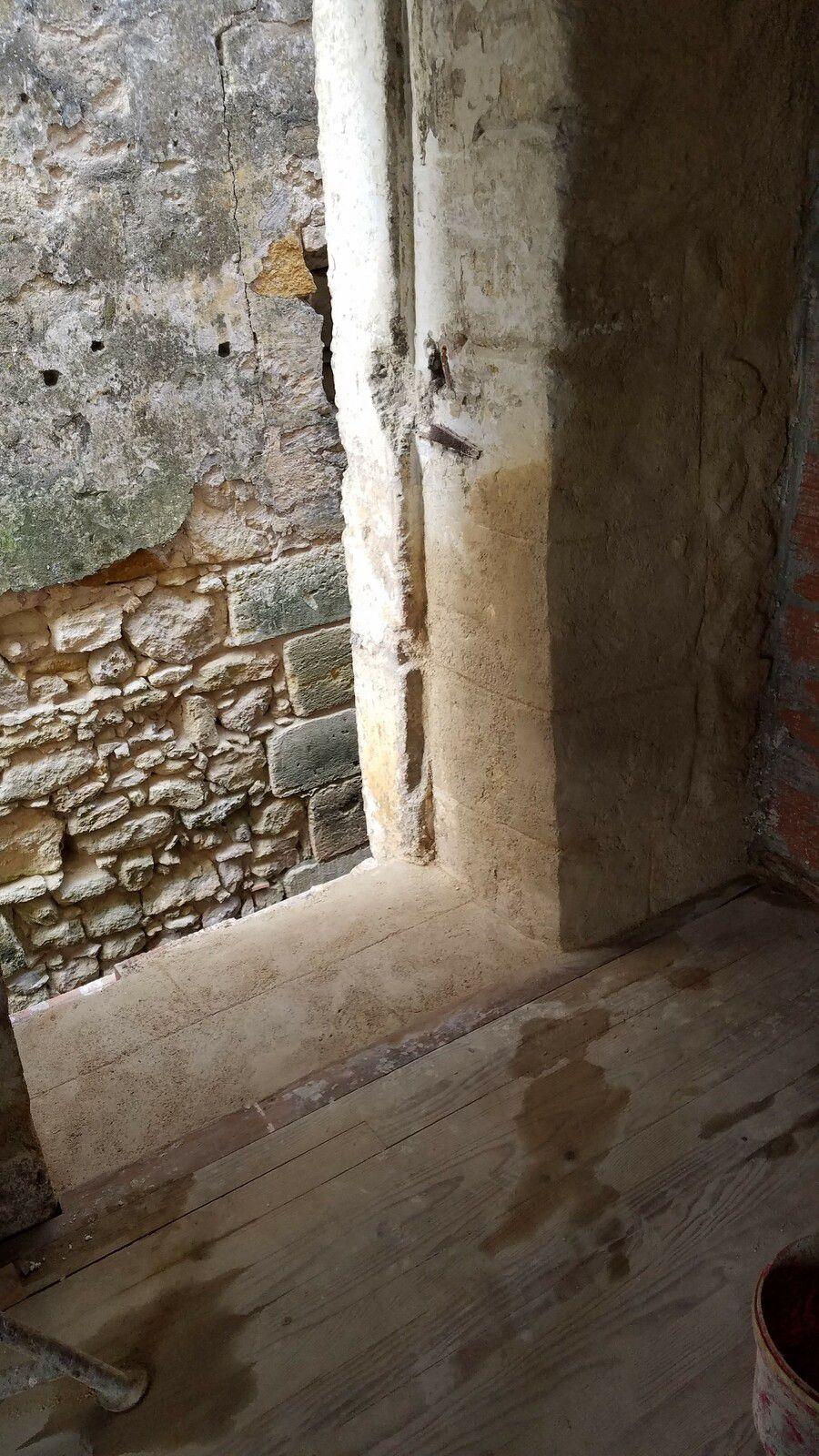 c'est bon pour l'autre côté et le pas de porte rehaussé avec des briques et chaux en finition, il me faut faire l'encadrement et l'extérieur car très dégradé