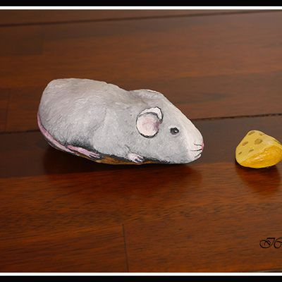 Pierre et caillou peints : La souris et son fromage.