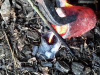 Technique de fonte à la cire perdue : décirage et cuisson du moule, coulée, décochage : le moule est brisé pour récupérer l'objet en cire. Il faudra ensuite couper les canaux et le cône de coulée puis ébarber et polir l'objet.