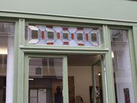 photos des premiers panneaux pour tester l'association verre et bois ou verre et galets. Ici le panneau verre et bois en imposte dans l'ébénisterie Kent, Paris XIIème.