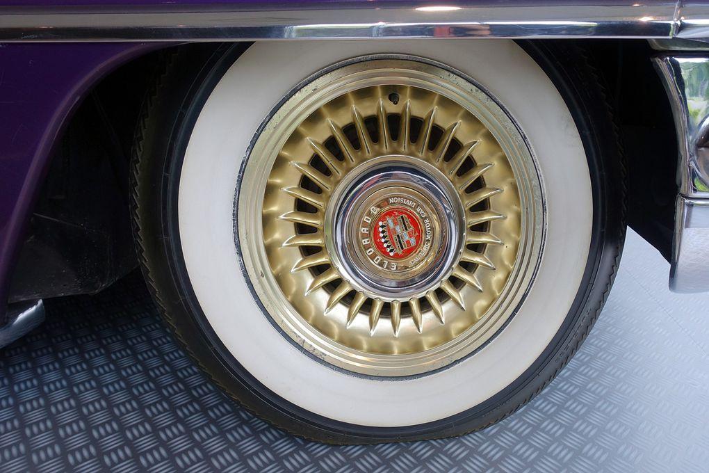 Cadillac Eldorado Biarritz de 1956. Toute blanche à l'origine, Elvis l'a fait customiser à son goût, avec air conditionné et sièges en cuir blanc. Pour la couleur de la carrosserie, la légende raconte que le King a demandé de la repeindre de la couleur de la grappe de raisin qu'il tenait dans sa main !