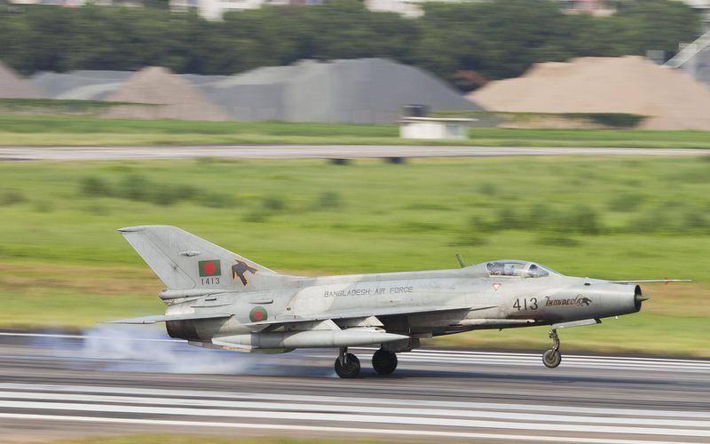 Un Chengdu F-7 bangladais perd un réservoir externe au cours d'un vol