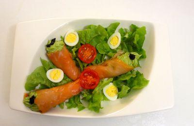 Salade gourmande au saumon et guacamole
