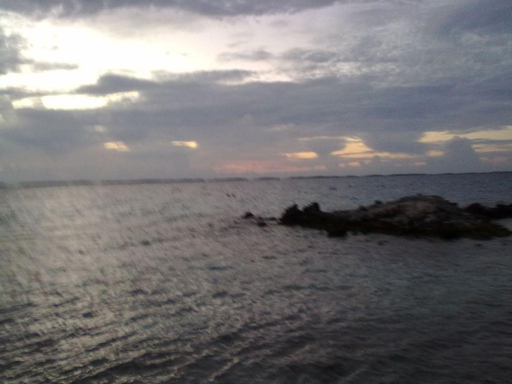 Bateau à propulsion à charbon, pris dans un cyclone de 1903. Les photos de soleil sont de île de Takaroa flasher pendant le matin de bonne heure à 5 h.