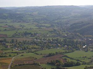 nous offre un formidable point de vue sur le vallon de Clairvaux, le village perché de Panat - son château et le vignoble
