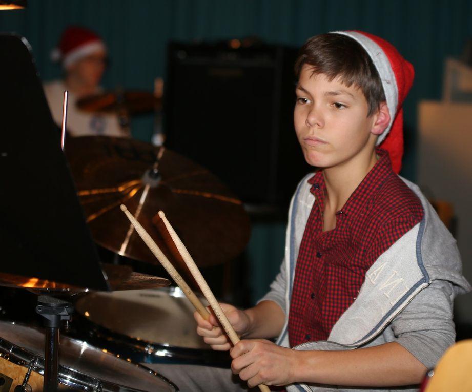 """Das Schlagzeugduo Constantin Bien und Christian Martin begeisterte mit """"Drumming home for Christmas""""."""
