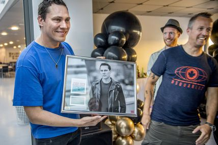 Tiësto receive an award in Norway for Jackie chan !!