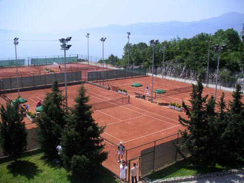 La villa, la ville de Rijeka et les installations tennistiques.