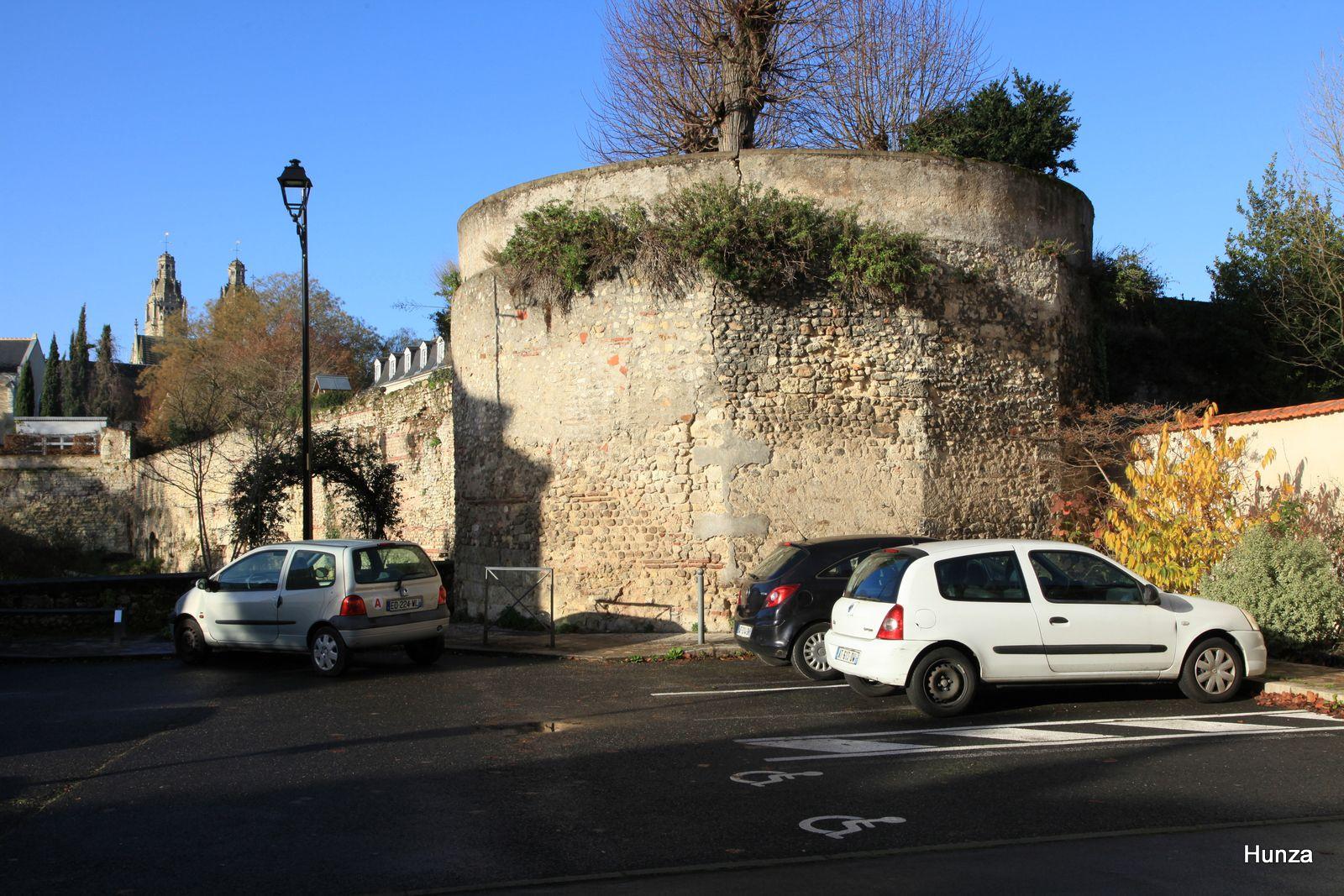 Tours, enceinte gallo-romaine et la tour du Petit-Cupidon au premier-plan.