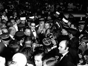 Retour sur… la cohue provoquée par Brigitte Bardot à Cannes en 1967...