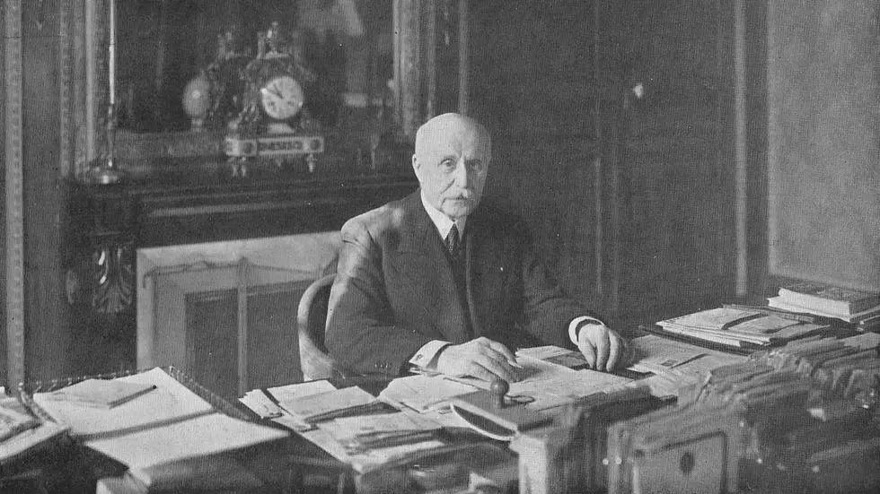 Une photographie de Philippe Pétain dans son bureau de vice-président du Conseil en mai 1940 parue dans L'Illustration, n° 5073 du 25 mai 1940. © Wikimedia