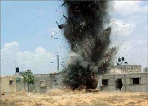 Quelques photos pour montrer comment sont traités les Palestiniens. Destructions de leurs maisons au bulldozers, les oliviers coupés par les colons, les moutons blessés, empoisonnés ou tués, le ordures et les seaux d'excréments laissés par la soldatesque dans les maisons qu'ils squattent... voilà la vie des Palestiniens, souffrance, humiliations et malheur...