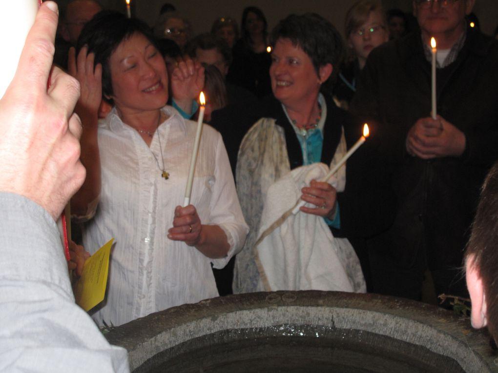 Veillée pascale 2011 à Rochefort au cours de laquelle a eu lieu un baptème d'adulte et une chorégraphie des Soeurs indiennes. Merci à Carl et à Daniel pour les photos