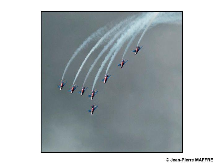 Notre Patrouille de France nous émerveille toujours par ses acrobaties aériennes que l'on peut voir, entre autres, au salon du Bourget ou au meeting aérien de la Ferté Alais.