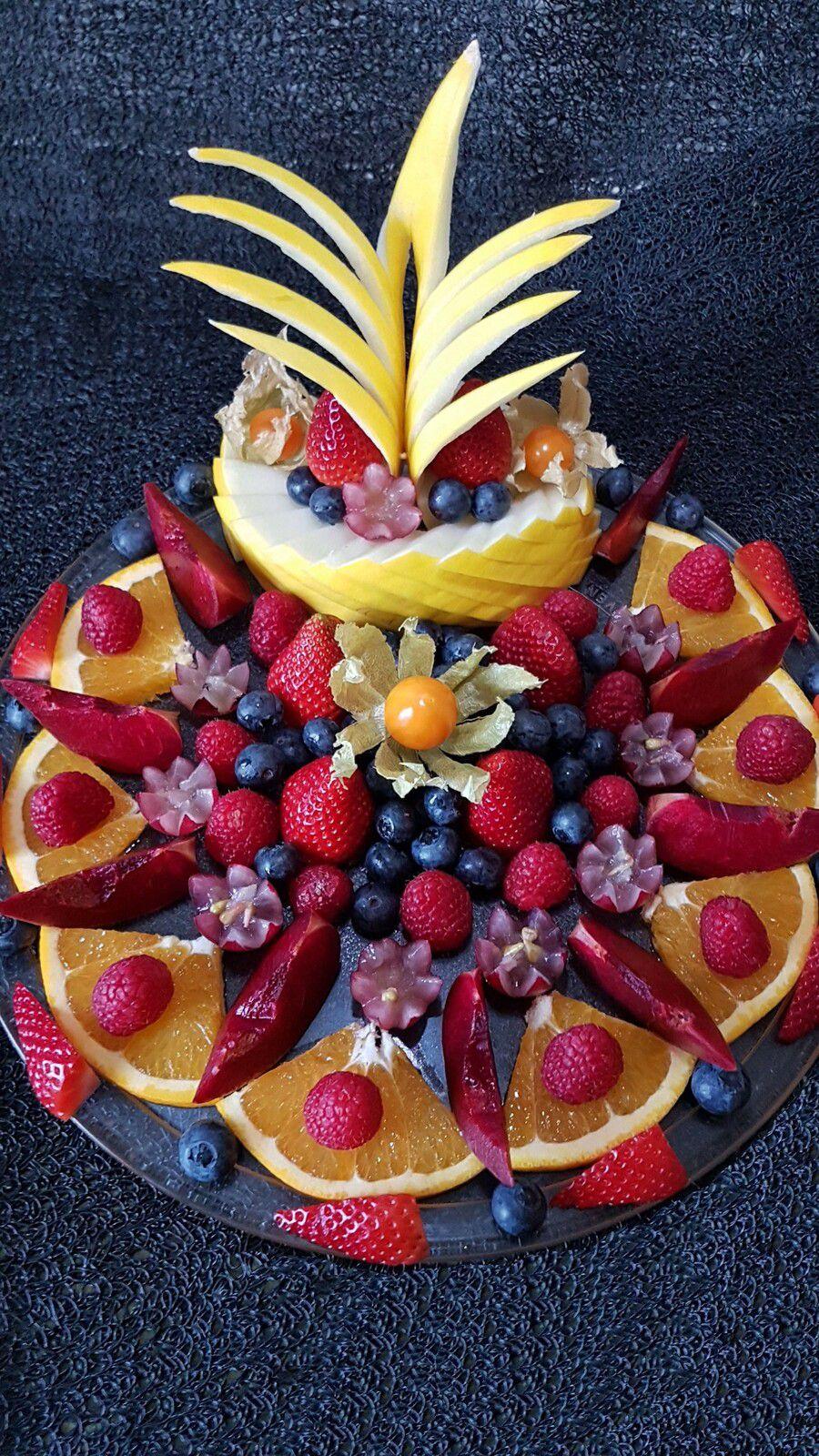 Fruits mis en oeuvre : fraise, framboise, melon jaune, orange, myrtille, raisin rouge, prune rouge, physalis