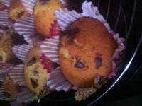Muffins à la farine semi- complète et pépites de chocolat noir équitable .