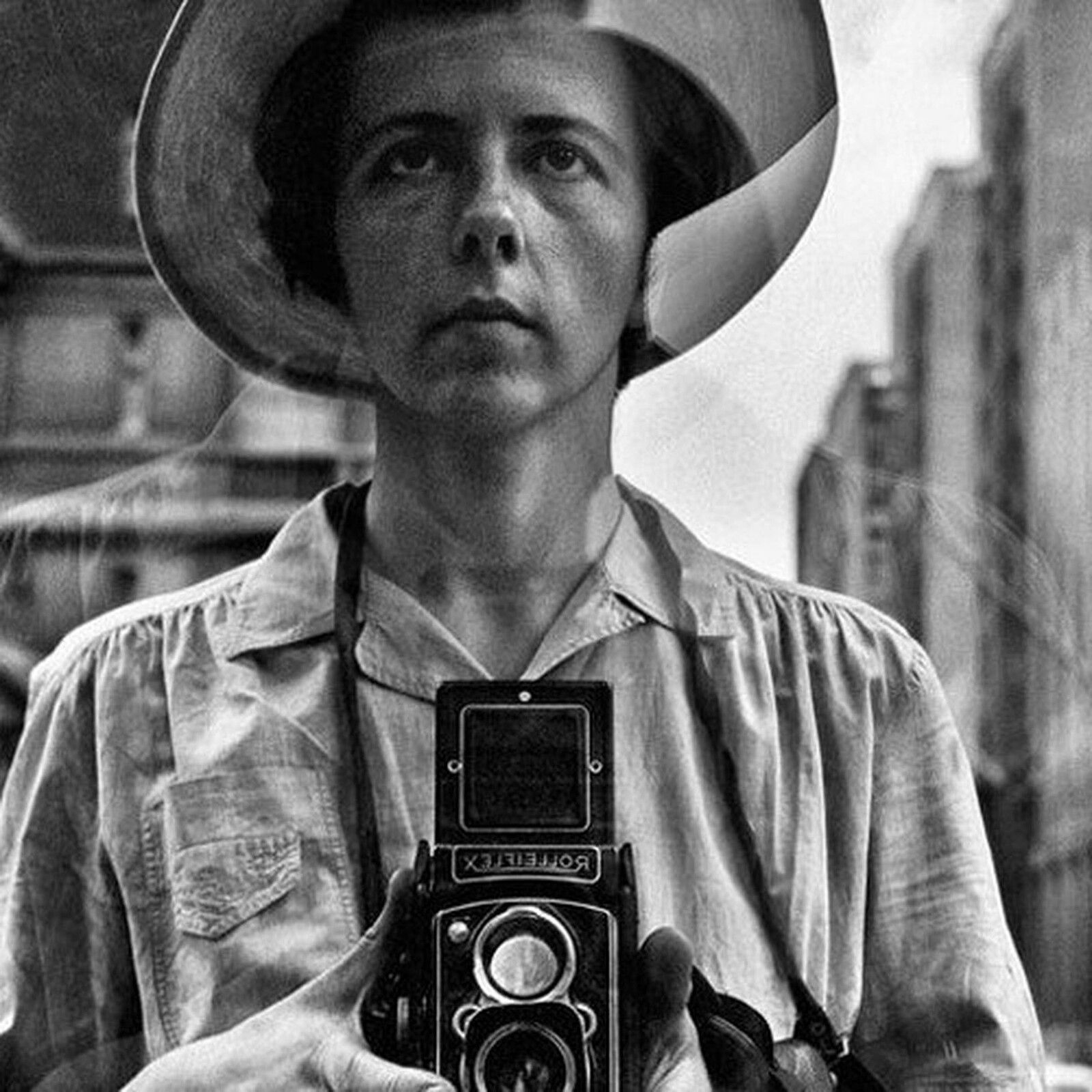 """""""Auto portrait - New York, 1954"""" de Vivian MAIER   © Estate of Vivian Maier, Courtesy of Maloof Collection and Howard Greenberg Gallery, NY"""