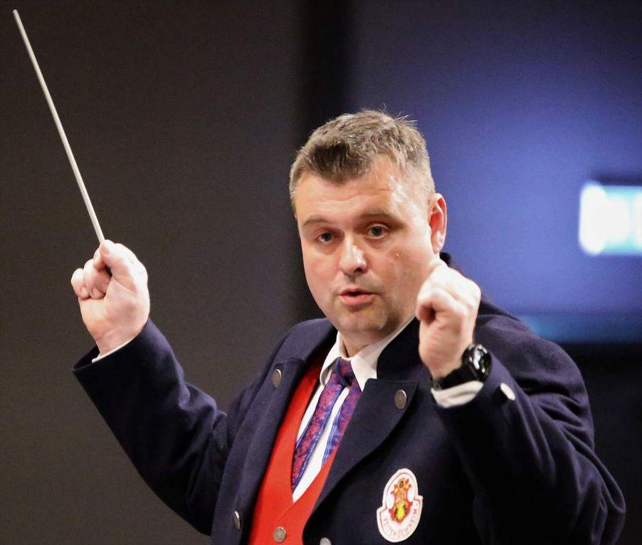 Hatte seine Musikanten voll im Griff: Stefan Wagner dirigierte einen mehr als homogenen Orchester-Klangkörper, der nahezu perfekt alle Stilrichtungen der Blasmusik beherrscht und über ein großes Repertoire verfügt.