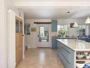 Une maison de campagne en bleu, blanc et bois