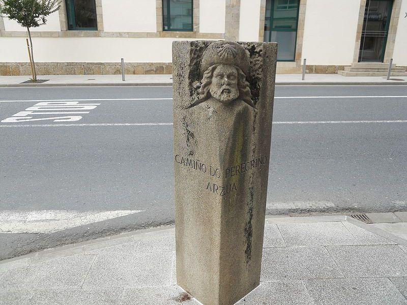 Il piccolo Monumento al Pellegrino, lungo la via principale di Arzùa
