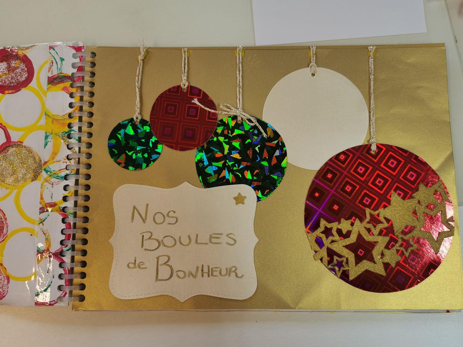 Un calendrier de l'avent construit au fil des jours avec des mots de chacun dans chaque boule ou chaque botte et un très beau carnet qui raconte par des couleurs nos sentiments en cette période de Noël.