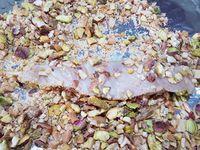 4 - Mettre le four sur la position grill. Sortir le poulet mariné du réfrigérateur, incorporer 1 cuil.à soupe de persil, bien remuer. Oter les queues des champignons et peler (ou nettoyer) les têtes. Egoutter légèrement les lanières de poulet et les monter en brochettes sur des piques en bois. Les passer dans les brisures de noix de cajou/pistaches de chaque côté et terminer en piquant une tête de champignon sur chaque brochette. Les disposer sur une plaque allant au four recouverte de papier alu et les badigeonner de marinade. Passer sous le grill 4 mn environ de chaque côté. Servir de suite avec une salade ou un accompagnement de légumes.