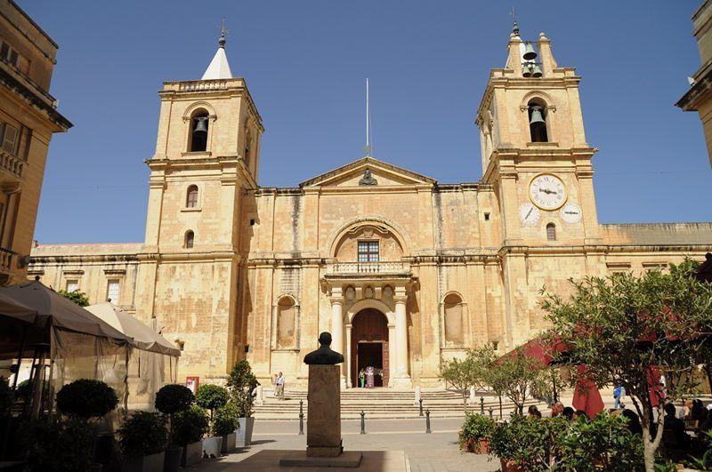 La co-cathédrale Saint-Jean est une cathédrale catholique située à La Valette, à Malte. Elle fut construite entre 1573 et 1577 par les chevaliers de l'ordre de Saint-Jean de Jérusalem suivant les plans de l'architecte militaire maltais Ġlormu Cassar (alors déjà à l'origine de plusieurs édifices importants de La Valette).  Financée et commandée en 1572 par Jean de La Cassière, le grand maître de l'Ordre, il en fit l'église conventuelle des chevaliers et une cocathédrale, titre conféré par Pie VII en 18161, puisqu'elle partage ce titre avec la cathédrale Saint-Pierre-et-Saint-Paul de Mdina.
