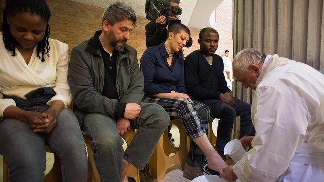 En plaçant des femmes près du sanctuaire pour le lavement des pieds, François désobéissait au rite latin