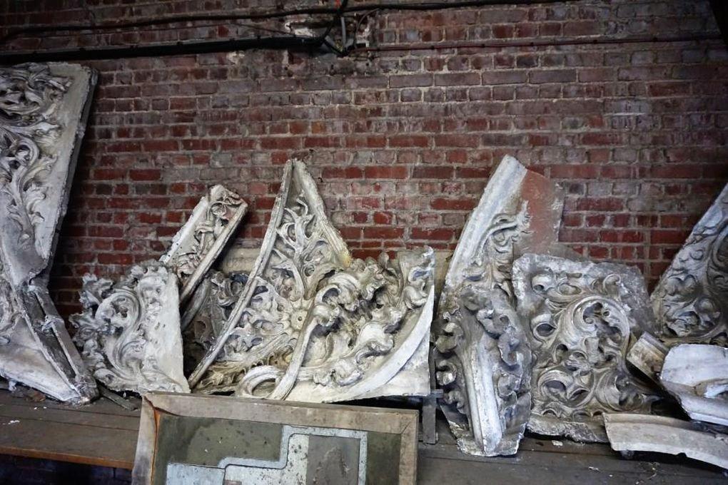 Pierre Paquet réalise un travail d'archéologue en recherchant des vestiges de sculptures dans les ruines. Puis, il effectue des moulages. Des moulages sont conservés dans un endroit mystérieux de l'Hôtel de Ville... D'autres sont présentés au Musée des Beaux-Arts (photos d'époque : collection Jean-Claude Leclercq - Musée des Beaux-Arts d'Arras)