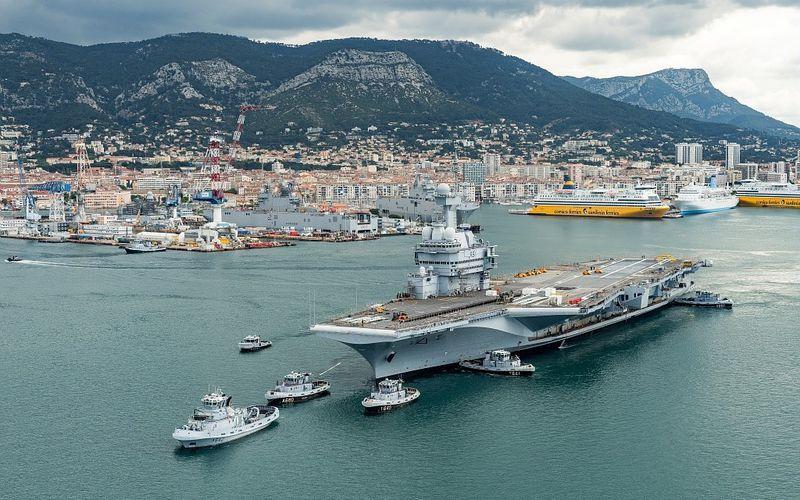 Arrêt technique majeur : Le porte-avions Charles de Gaulle a été remis à flot