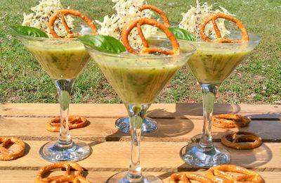 Velouté de courgettes au fromage frais, tuile emmental et graines de Chia