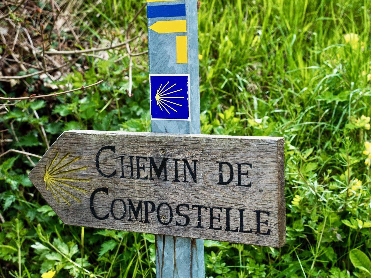 Signalisation du chemin de Compostelle sur une photographie de Frédéric Ménissier de mai 2021.