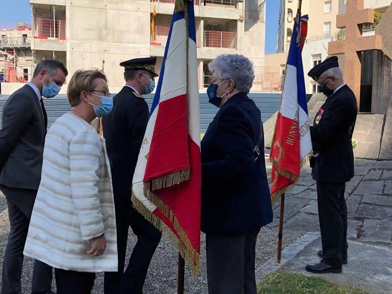 Les élus ont échangé avec les porte-drapeaux, en fin de cérémonie. | OUEST-FRANCE
